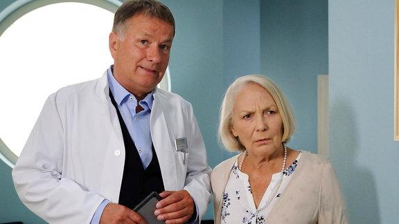 Dr. Roland Heilmann (Thomas Rühmann) bringt Sabine Neuwirth (Marie Anne Fliegel) in ihr Zimmer.