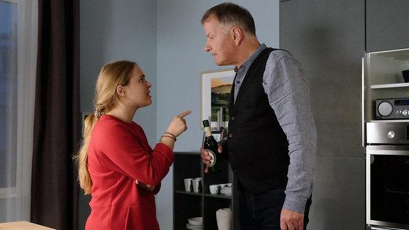 Lisa (Ella Zirzow) unterbreitet ihrem Vater Roland Heilmann (Thomas Rühmann), dass sie sich für ein Auslands-Schuljahr in Chile bewerben will, um in der Nähe ihres Freundes Nils zu sein.
