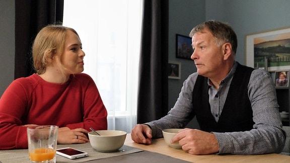 Für Roland Heilmann (Thomas Rühmann) ist es an der Zeit, seiner Tochter Lisa (Ella Zirzow) zu sagen, dass er sehr zufrieden mit ihrem Freund Nils ist.