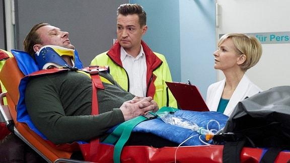 Marko Dyrlich als Adrian Walter, Markus Neumann als Notarzt und Andrea Kathrin Loewig als Dr. Kathrin Globisch