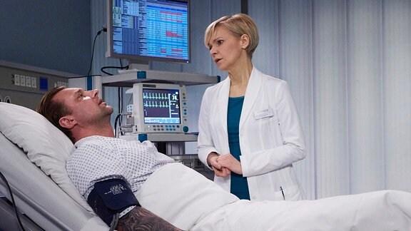 Dr. Kathrin Globisch (Andrea Kathrin Loewig) macht sich Sorgen um ihren Patienten: Adrian Walter (Marko Dyrlich) ist während der OP aus der Narkose aufgewacht.