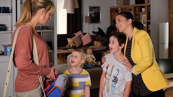 Lea Peters (Anja Nejarri, li.) übernimmt die Betreuung der drei Kinder von Arzu Ritter (Arzu Bazman, re.). Oskar (Leonard Scholz, 2.v.re.), Max (Ben Grünberg, e.v.li.) und Pauline (Lara Schierack, hinten, Mitte) freuen sich und sind sehr aufgedreht.
