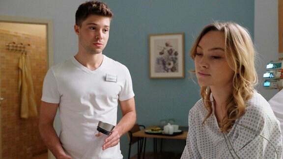 Kris spricht mit Sophie.