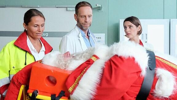 Dr. Kai Hoffmann und Dr. Maria Weber bei der Einlieferung des Weihnachtsmannes.