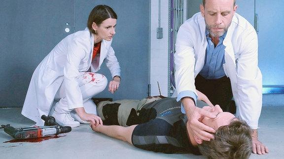 Dr. Kai Hoffmann beugt sich über einen Verletzten.
