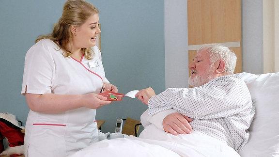 Schwester Miriam scherzt mit dem Weihnachtsmann-Patienten.