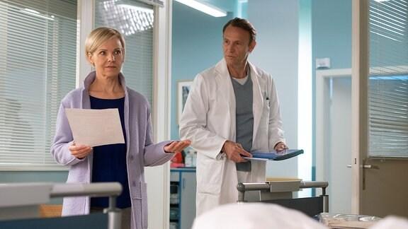 Dr. Kathrin Globisch ratlos im Patientenzimmer.