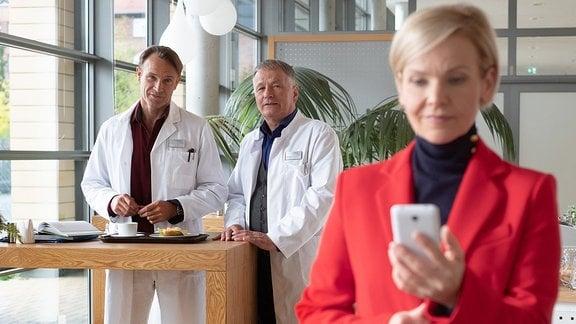 Kathrin Globisch schaut auf ihr Handy