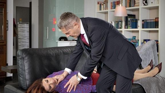 Dr. Rolf Kaminski kümmert sich um die bewusstlose Vera Bader.