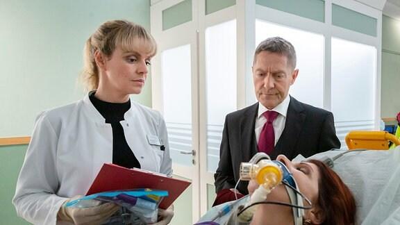 Dr. Rolf Kaminski und Dr. Lea Peters im Krankenhausflur