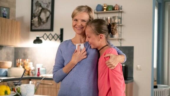 Dr. Kathrin Globisch nimmt Tochter Hanna in den Arm