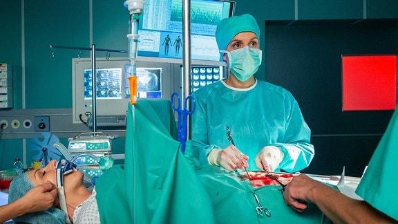 Dr. Lea Peters im OP