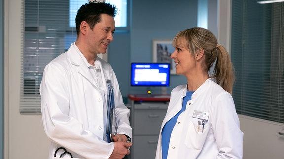 Dr. Philipp Brentano und Dr. Lea Peters lachen miteinander.