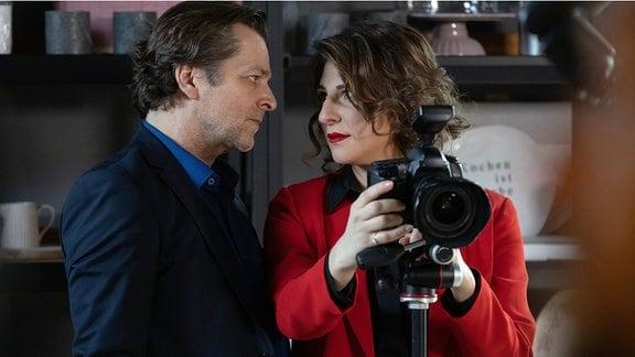 Harald Fecht und Natalie schauen sich verliebt an.