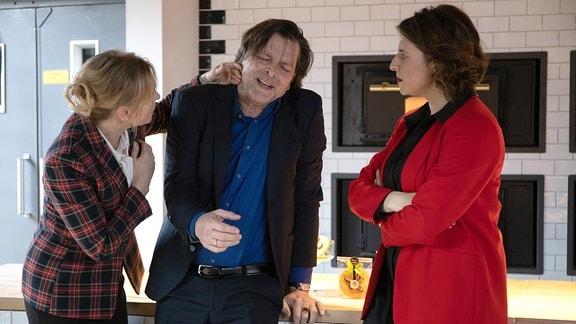 Harald Fecht hat Schmerzen und wird von seiner Frau gestützt.