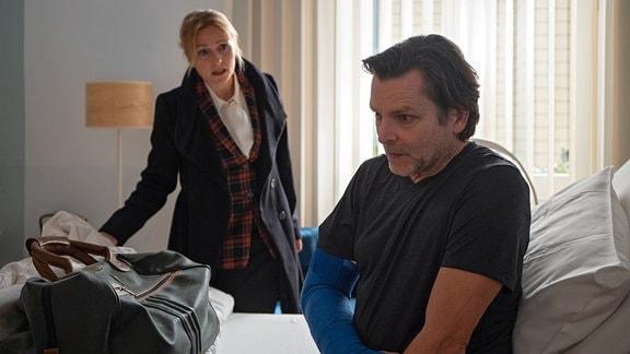 Marion Fecht spricht aufgebracht mit ihrem Mann Harald.