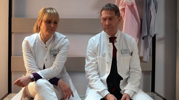 Lea Peters sitzt nachdenklich neben Dr. Kaminski.