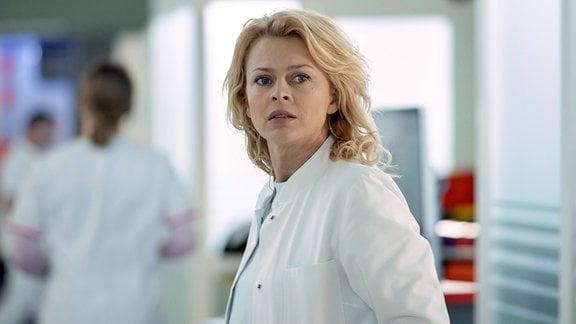"""Dr. Ina Schulte (Isabell Gerschke) hat sich auf die Gynäkologie-Stelle in der Sachsenklinik beworben. Doch hier ist Dr. Kai Hoffmann Chefarzt und dieser ist alles andere als begeistert, Ina an """"seiner"""" Klinik zu haben"""