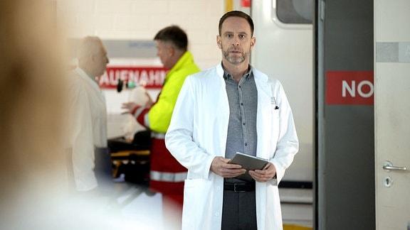 Dr. Kai Hoffmann (Julian Weigend) schaut erschrocken.