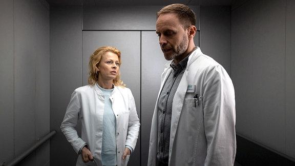 """Dr. Ina Schulte (Isabell Gerschke) soll die neue Gynäkologin in der Sachsenklinik werden. Doch der Chefarzt Dr. Kai Hoffmann (Julian Weigend) ist nicht begeistert, dass Ina ausgerechnet an """"seiner"""" Klinik anfangen wil"""
