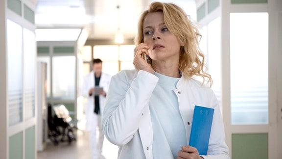 Gynäkologin Dr. Ina Schulte (Isabell Gerschke) versucht eine Patientin zu erreichen, doch es geht nur die Mailbox ran. Sie macht sich Sorgen und beschließt die Patientin auf ihrem Bauernhof aufzusuchen