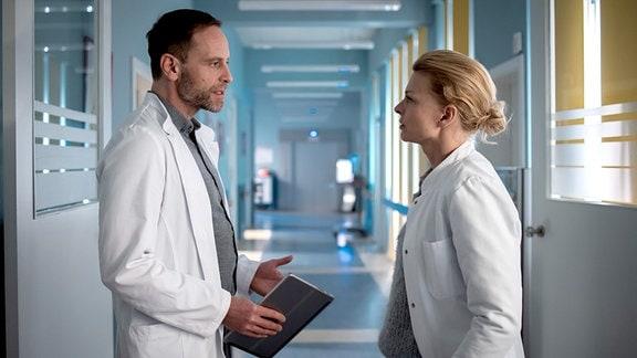 Dr. Ina Schulte (Isabell Gerschke) mit Chefarzt Dr. Kai Hoffmann (Julian Weigend)