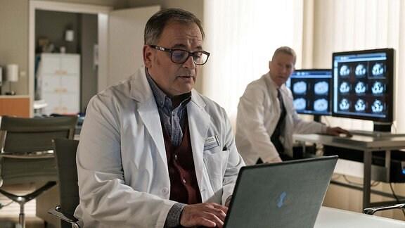 Hans-Peter Brenner und Dr. Kaminski im Ärztezimmer.