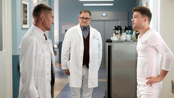 Dr. Kaminski (Udo Schenk, li.) im Flur mit Hans-Peter Brenner (Michael Trischan, mi.) und Kris Haas (Jascha Rust, re.).