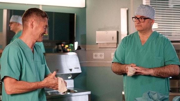 Hans-Peter Brenner (Michael Trischan, re.) unterhält sich mit Dr. Kaminski (Udo Schenk, li.)