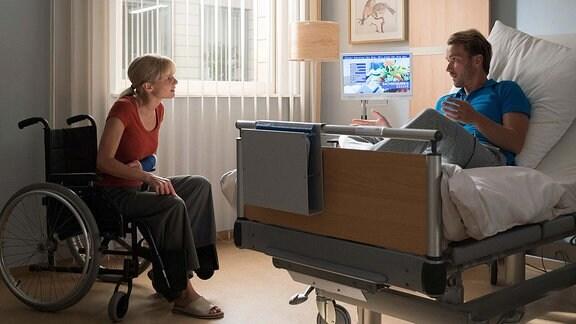 Nadine Grossner (Sinja Dieks) im Rollstuhl stellt Stefan Wendt (Max Woelky) zur Rede.