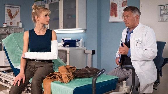 Dr. Roland Heilmann (Thomas Rühmann) untersucht Nadine Grossner (Sinja Dieks)