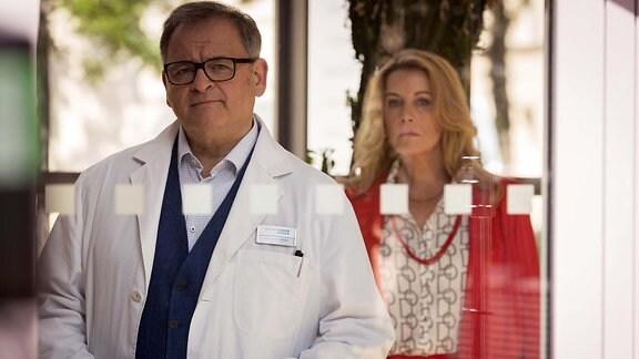 Hans-Peter Brenner (Michael Trischan) schaut, hinter ihm steht Sarah Marquardt (Alexa Maria Surholt)