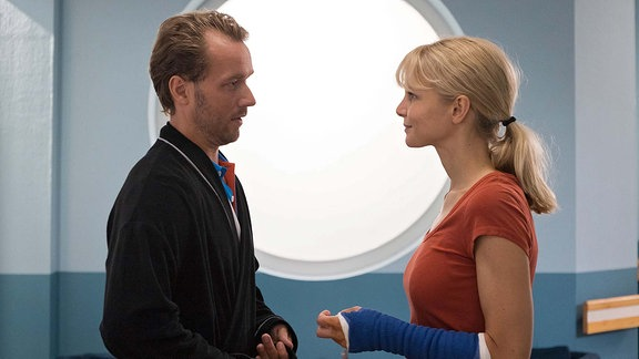 Nadine Grossner (Sinja Dieks) und Stefan Wendt (Max Woelky) lächeln einander an.
