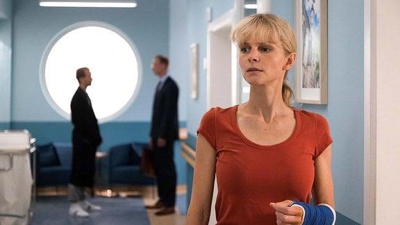 Nadine Grossner (Sinja Dieks) hört, was Stefan und sein Anwalt besprechen.