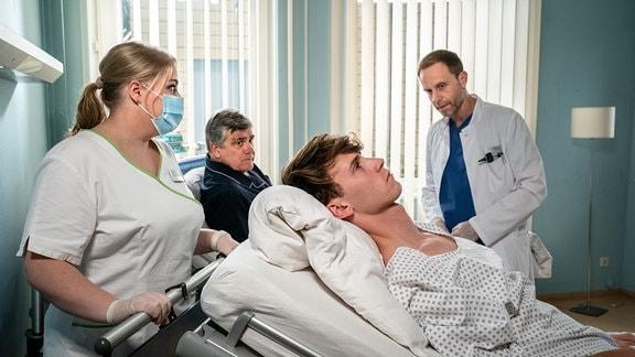 Fabian Krohn (Oskar Belton, vorn, re.) wird von Schwester Miriam (Christina Petersen) zur OP abgeholt.