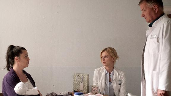 Dr. Ina Schulte (Isabell Gerschke, 2.v.re.) und Dr. Roland Heilmann (Thomas Rühmann, re.) müssen noch weitere Untersuchungen an Nadine Hellers (Julia-Maria Köhler, li.) Baby durchführen