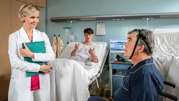 Dr. Kathrin Globisch (Andrea Kathrin Loewig) mit Fabian Krohn (Oskar Belton, mi.) und Udo von Wackerstein (Dirk Schoedon, re.)