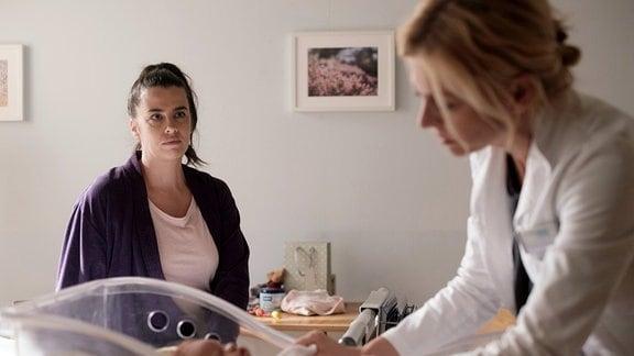 Dr. Ina Schulte (Isabell Gerschke, re.) untersucht das Baby von Nadine Heller (Julia-Maria Köhler, li.)