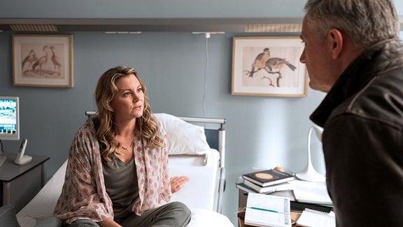 Joe Beyer (Robert Lohr) hat einen sehr wichtigen Termin seiner Frau Melanie (Luise Bähr) abgesagt.