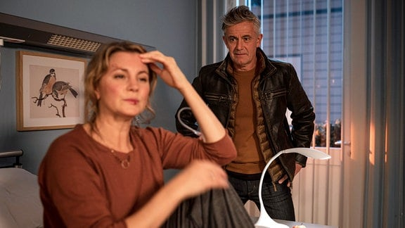 Joe Beyer (Robert Lohr) macht sich Sorgen um seine Frau Melanie (Luise Bähr).