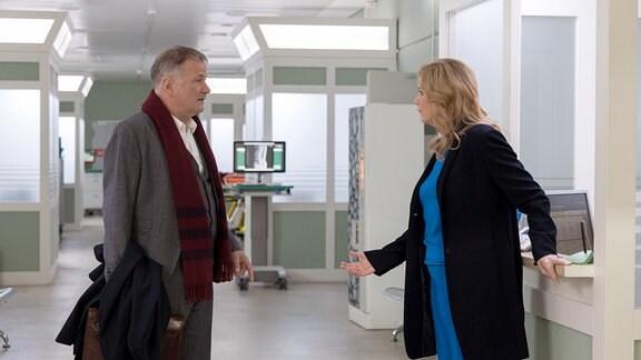 Sarah Marquardt (Alexa Maria Surholt) erfährt von Dr. Roland Heilmann (Thomas Rühmann), dass er auf dem Weg zu einem Anwalt ist.