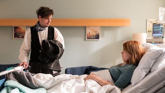 Paul Koch (Ron Helbig) wollte eigentlich schon auf der Walz Richtung Spanien sein, doch  seiner Freundin Alisa Binder (Luzie Juckenburg) geht es schlecht.
