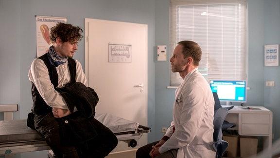 Paul Koch (Ron Helbig, li.) möchte Alisa Binder einen Teil seiner Leber spenden. Dr. Kai Hoffmann (Julian Weigend, re.) erklärt ihm das Verfahren.