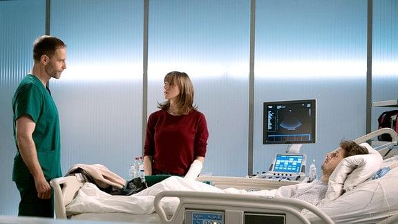 Tessa Ruhrig (Katrin Heߟ, mi.) spricht mit  Dr. Kai Hoffmann (Julian Weigend, li.).