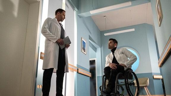 Der neue Arzt Dr. Ilay Demir (Tan Çağlar, re.) mit Dr. Kai Hoffmann