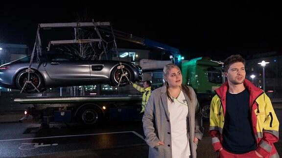 Kris Haas und Miriam Schneider vor einem Abschleppwagen