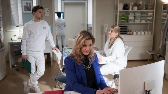Sarah Marquardt am PC im Schwesternzimmer