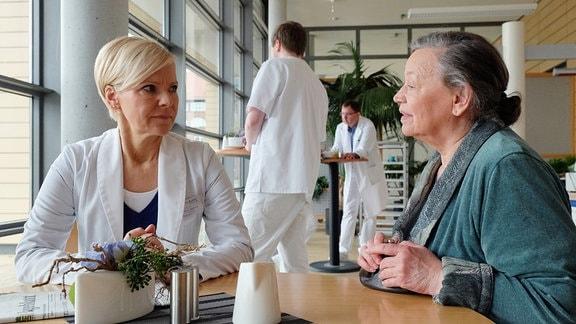 Marlies Böhmer und Dr. Kathrin Globisch unterhalten sich in der Kantine.