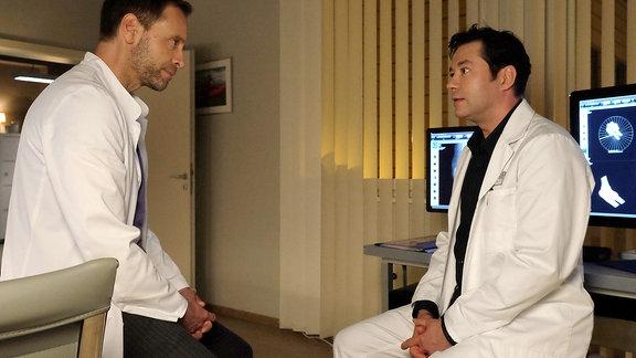 Dr. Philipp Brentano (Thomas Koch, re.) will nicht aufgeben. Er bitte Dr. Kai Hoffmann (Julian Weigend, li.) sich seinen Plan wenigstens anzuhören.