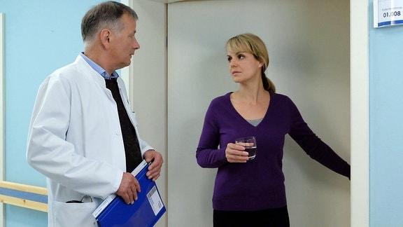 Dr. Roland Heilmann spricht mit Dr. Lea Peters im Flur der Sachsenklinik.